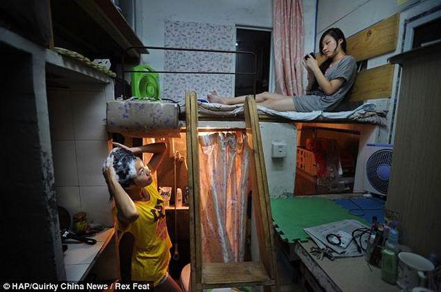 В Китае, в городе Ухань есть дом, в котором площадь каждой квартиры равна всего лишь 4,5 кв.м. Ванная, кухня и спальня – все в одной комнатке, причем, зачастую в ней живут по несколько человек. Из-за высоких цен на квартплату и аренду люди часто вынуждены жить вот в таких «обувных коробках», или комнатах-капсулах.