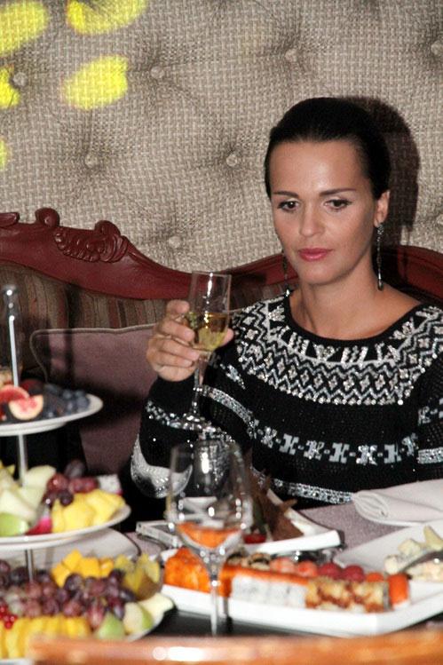 Певица Слава курит и пьет шампанское