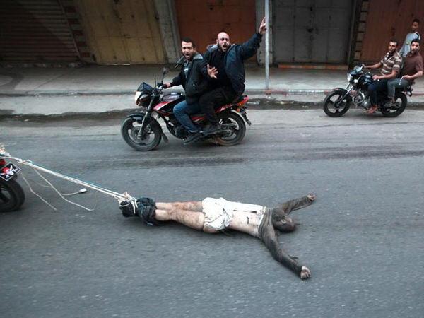 по улицам Газы за мотоциклом протащили труп шпиона