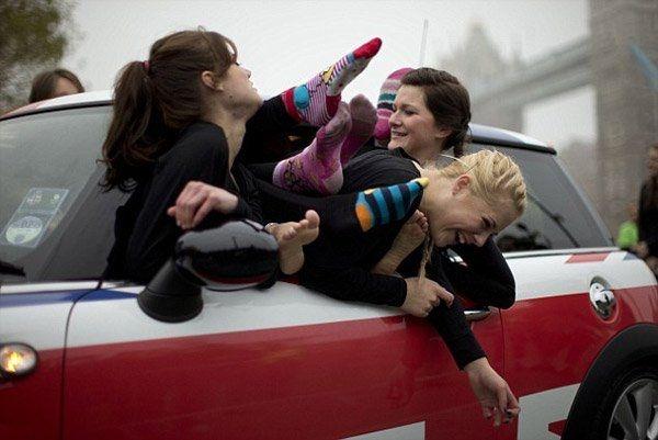 28 девушек сумели уместиться в маленький Мини Купер