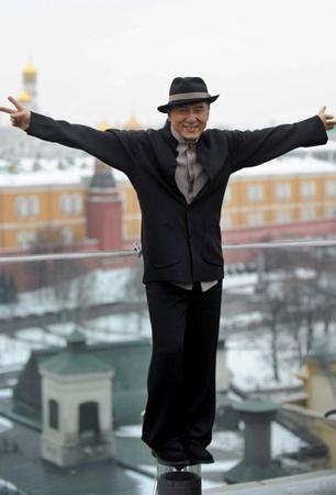 Джеки Чан прошел по Москве с плюшевыми мишками