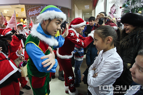 По Алматы прошел парад Санта-Клаусов