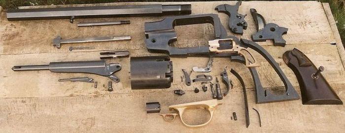 Револьвер изготовлен Ричардом Тобисом (Ryszard Tobys) и был смоделирован репликой револьвера Remington Model 1859.