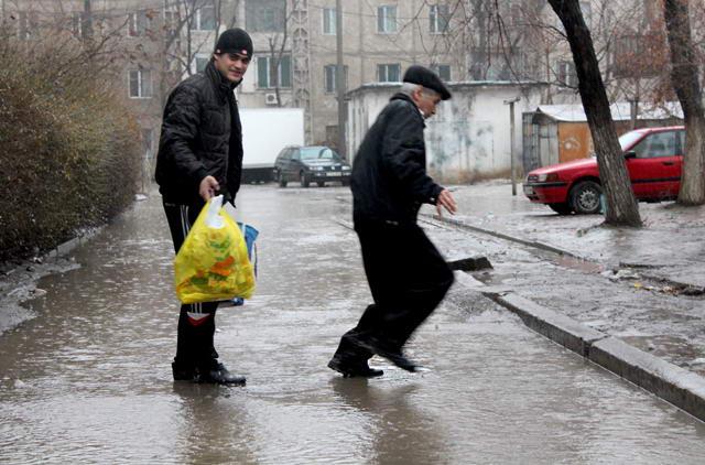 Из-за проливного дождя затопило дворы в 21-ом микрорайоне