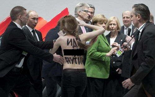 Полуголые активистки FEMEN атаковали Путина: ему понравилось